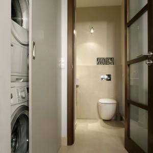 Pralka i suszarka znalazły swoje miejsce tuż przy wejściu do łazienki. Dyskretne zasuwane drzwi sprawiają, że tylko domownicy wiedzą, gdzie ukryto AGD. Fot. Monika Filipiuk.