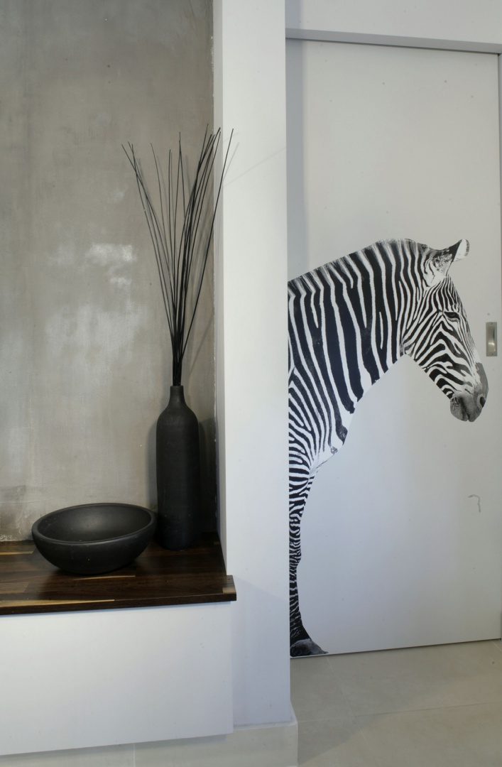 Na przesuwanych drzwiach, prowadzących do gabinetu, umieszczono zdjęcie zebry naturalnej wielkości. To naklejka wykonana z fotografii, znalezionej w albumie przyrodniczym, powiększonej i wydrukowanej na specjalnym papierze. Fot. Monika Filipiuk.
