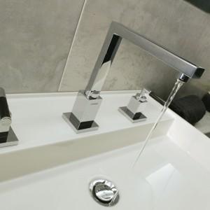 """Umywalka """"Argo"""" marki Marmorin doskonale wpisuje się w prostotę wnętrza, a jej spore rozmiary 100x50 cm sprawiają że jest również praktyczna. Bateria umywalkowa pochodzi z oferty firmy Hansa. Fot. Monika Filipiuk."""