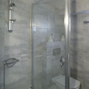 W obszernej kabinie prysznicowej firmy Aquaform zamontowano zestaw natryskowy z baterią termostatyczną. Fot. Monika Filipiuk-Obałek.