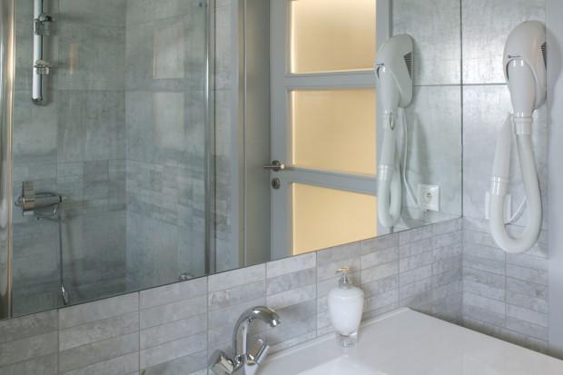 Szary gres w łazience: do małych wnętrz
