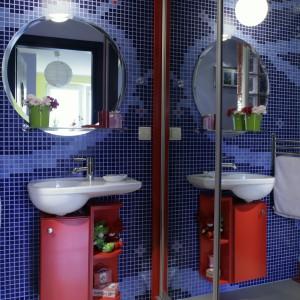 """Strefę toaletową młodej damy tworzą umywalka """"Joly"""" Keramag, bateria """"Meta"""" Dornbracht oraz czerwona szafeczka na kosmetyki i... zabawki. Fot. Monika Filipiuk."""