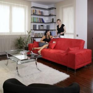 Czerwona kanapa (sklep Sofa) to zdecydowanie najbardziej ekspansywny mebel w salonie. Wprowadza do wnętrza nowoczesny rytm i doskonale komponuje się ze zdecydowanie bardziej neutralnymi sprzętami. Fot. Monika Filipiuk.