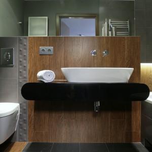 Uroda minimalistycznej łazienki tkwi w zróżnicowaniu powierzchni i faktur,  zastosowanych na ścianach i podłodze. Fot. Monika Filipiuk.