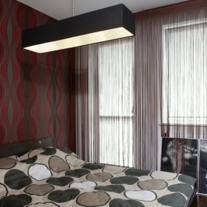 """Płomiennie czerwona tapeta z opartowskim wzorem przyciąga wzrok. To bez wątpienia najmocniejszy akcent w sypialni – znakomicie eksponuje łóżko z drewna bukowego (""""Mola"""", Beds.pl). Fot. Monika Filipiuk."""