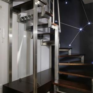 """Ciekawie zaprojektowana konstrukcja schodów, poza podstawowa funkcją, czyli możliwością dostania się na górę, jest wieszakiem i """"przechowalnią"""". Fot. Monika Filipiuk."""