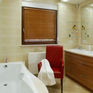 Szafka naprzeciwko wanny mieści dwie umywalki oraz pojemne szuflady. Na drobiazgi przeznaczono dodatkowo szklane półeczki. Fot. Monika Filipiuk.