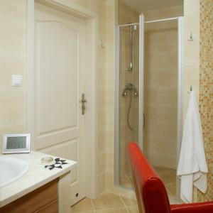 Tuż przy wejściu ulokowana jest wnęka, pełniąca rolę kabiny prysznicowej. Prowadzą do niej uchylne, szklane drzwi. Fot. Monika Filipiuk.