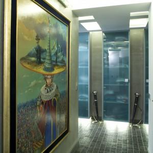 Podświetlane pilastry, świetlna szachownica i wszechobecne szkło, pokrywające m.in. fronty szaf, optycznie powiększają hol. Fot. Bartosz Jarosz.