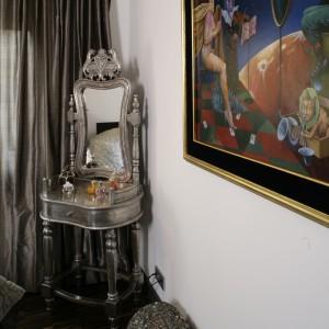 Postaci z obrazu Tomasza Sętowskiego z niedowierzaniem patrzą na dębowy parkiet i nowoczesne oświetlenie. Fot. Bartosz Jarosz.