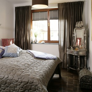 Właściciele sypialni to ludzie zakochani w kulturze Indii, nic więc dziwnego, że ich najbardziej prywatne w domu wnętrze, przesiąknięte jest magicznym klimatem Dalekiego Wschodu. Fot. Bartosz Jarosz.