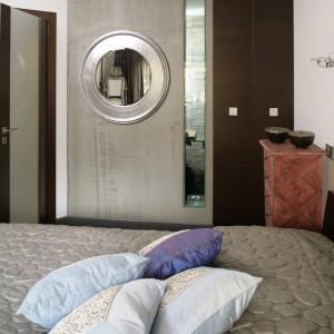Obszerną szafę pomniejszono na rzecz łazienki. Na powstałej w ten sposób ściance zawieszone zostało okrągłe, przypominające bulaj lustro. Fot. Bartosz Jarosz.
