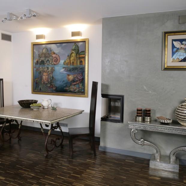 Beton na ścianie i srebrne dodatki: dom jak z bajki