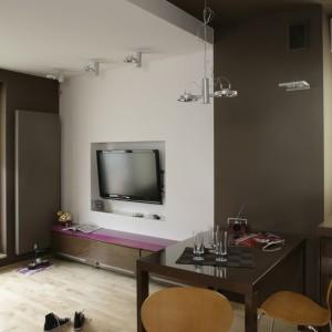 Niszę z telewizorem podświetlają trzy reflektorki (Aquaform). Zamontowane są poziom niżej niż linia podwieszanego, białego sufitu. Fot. Bartosz Jarosz.