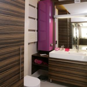 Aby łazienka nie odbiegała od aranżacji całego mieszkania, w niej również powtarza się barwa fioletu oraz wzór zebrano. Podobnie jak w części dziennej, występują one obok siebie. Fot. Bartosz Jarosz.