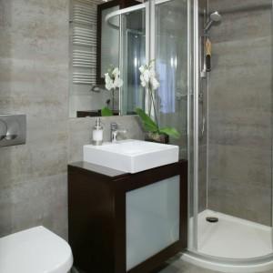 Płytki gresowe o barwie betonu (Venis) nadają łazience chłodny, surowy charakter. Fot. Monika Filipiuk.