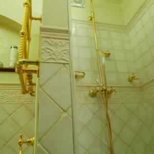 Kabina prysznicowa jest wyposażona w kolumnę prysznicową z deszczową głowicą. Tak jak pozostała armatura i akcesoria (włoskiej firmy Cristina), jest ona złocona.