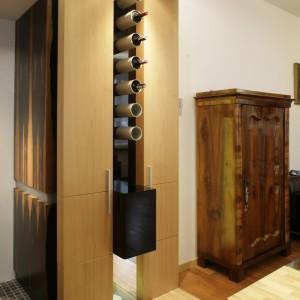 Barek na wino, według architekta Michała Swałtka, to ciąg aluminiowych rur, w których leżakują szczególnie wyróżnione egzemplarze. Wygodne i niebanalne, choć minimalistycznie proste, rozwiązanie. Fot. Bartosz Jarosz.