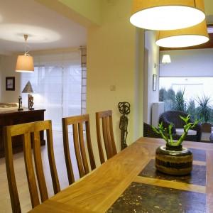 Jadalnia znajdująca się w pobliżu sypialnia to stylistyczna kontynuacji aranżacji salonu. Główne miejsce zajmuje w niej stół wykonany z olejowanego drzewa tekowego z wstawkami z bananowca.