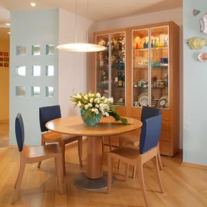W dużej otwartej przestrzeni salonu mieści się jadalnia której ścianę zdobi ceramiczna ryba. Fot. Marcin Onufryjuk.