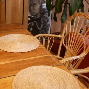 Drewno pełni tu szczególną rolę: wprowadza harmonię oraz przyjazną aurę. W strefie jadalni dębowy stół i bambusowe krzesła. Fot. Monika Filipiuk.