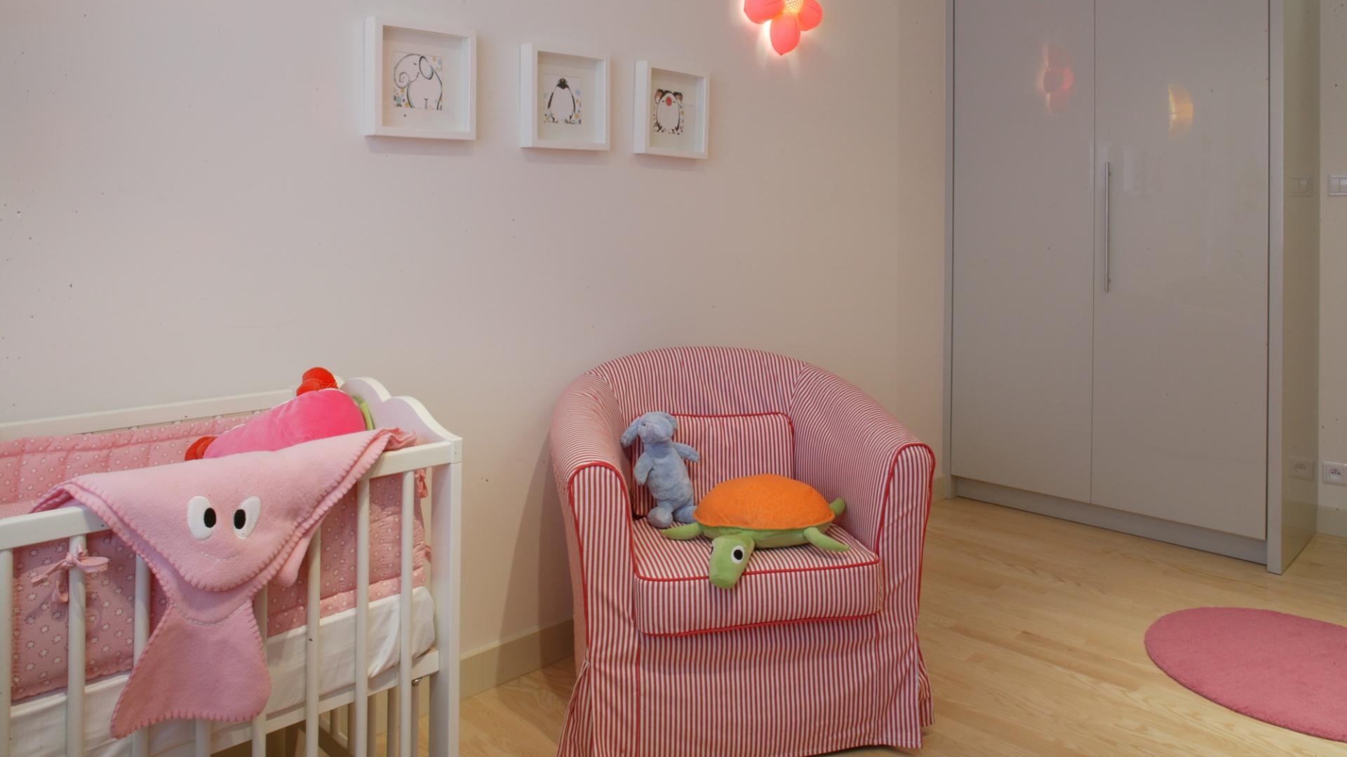 Fotel, ubrany w idealnie wpisujący się w charakter wnętrza pokrowiec w paski, to  wygodne miejsce dla rodzica. Wieczorem można w nim usiąść i poczytać dziecku ulubioną bajkę. Fot. Monika Filipiuk.