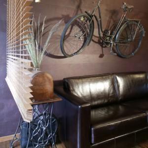 """""""Skarby"""", zgromadzone przez właścicieli: stara maszyna do szycia, ukryta w pięknej, drewnianej obudowie, i kilkudziesięcioletni rower zawieszony na ścianie. Fot. Monika Filipiuk."""