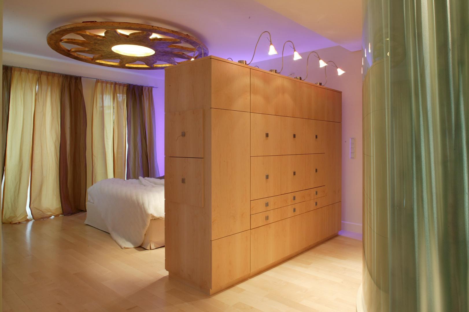 Półokrągła kopuła po prawej stronie to nic innego jak kabina prysznicowa, której szklane ściany wypełniono pędami bambusa. Prześwituje przez nie światło, którego rozmyta barwa akompaniuje spektaklowi rozgrywającemu się za drewnianym przepierzeniem. Fot. Tomek Markowski.