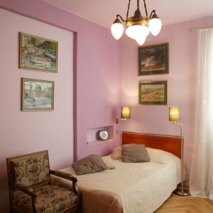 Ściany i sufit w malinowym odcieniu, plus ciepłe detale w kolorach kawy, złota i miodu, stworzyły w efekcie bardzo apetyczne i przytulne wnętrze. Fot. Paweł Supernak.