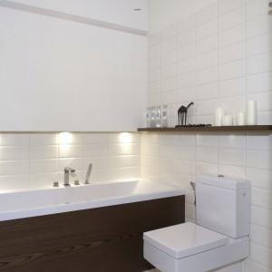 Bardzo interesującym rozwiązaniem jest zastosowanie w łazience kwadratowych form nie tylko armatury (Steinberg), ale również ceramiki (Duravit). Blat, umywalka i wanna podświetlone zostały halogenami. Fot. Monika Filipiuk.