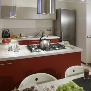 Dzięki półwyspowi, w stosunkowo niewielkiej kuchni udało się uzyskać dużą powierzchnię przechowalniczą i wygodne stanowisko do gotowania. Fot. Monika Filipiuk.