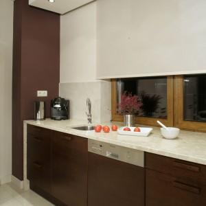 Każda strefa w kuchni i jadalni otrzymała indywidualne oświetlenie. Ponad wysoką zabudową oraz blatem roboczym zamontowano zestawy lampek halogenowych. Fot. Monika Filipiuk-Obałek.