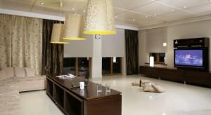 Imponująca powierzchnia tego salonu ma same zalety. Daje nieprawdopodobne poczucie swobody, a przy okazji pozwala na organizowanie domowych imprez dla grupy przyjaciół.