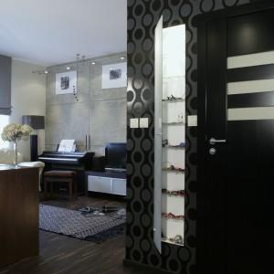 U wejścia do łazienki architekt zaprojektowała wnęki. Kryją one rząd półek, zamkniętych frontem z matowego szkła – to autorski pomysł projektantki na... ogromne zbiory biżuterii pani domu. Fot. Monika Filipiuk.