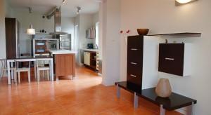Decydując się na wybór domu z garażem warto zwrócić uwagę na dostępne sposoby komunikacji między częścią mieszkalną a garażową.