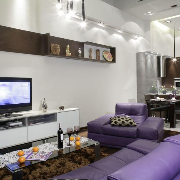 Fioletowe meble w salonie: nie bój się koloru