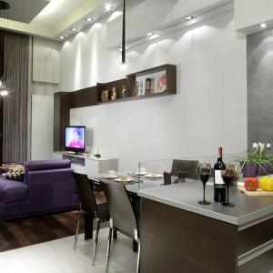 Poza efektowynymi żyrandolami (Vibia) pomieszczenia doświetlają jeszcze umieszczone w podwieszanych sufitach halogeny.