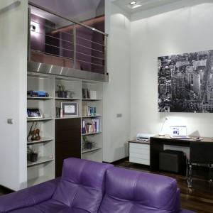 Część gabinetowa wnętrza - z wygodnym biurkiem, regałem i wielkoformatowym zdjęciem panoramy Nowego Jorku na ścianie. Powyżej, na antresoli, znajduje się sypialnia gospodyni. Fot. Monika Filipiuk.