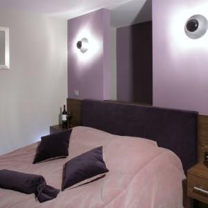 Tylko w sypialni położono na ścianach kolor, który bardzo dobrze współgra z wykonanym z palisandru łóżkiem i narzutą.