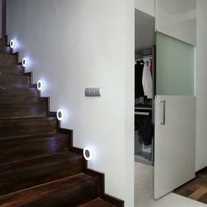 Z lewej strony garderoby znajdują się schody prowadzące na antresolę. Podświetlone są one z obu stron, co drugi stopień, małymi okrągłymi światełkami.