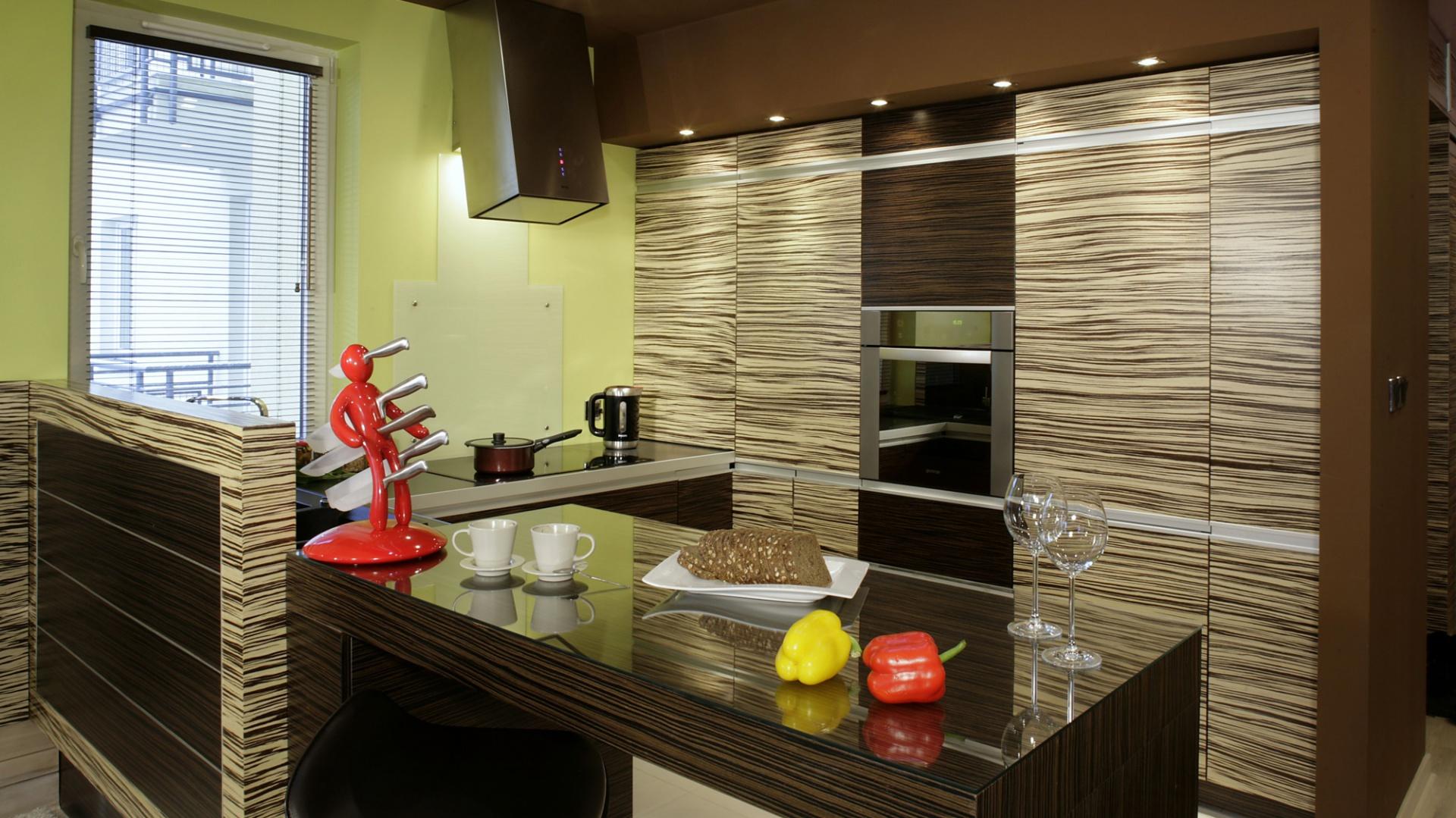 Przykryty szkłem półwysep stał się nie tylko ulubionym miejscem spożywania, ale też przyrządzania posiłków. Fot. Monika Filipiuk.