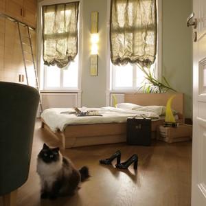 Nastrój sypialni tworzą zasłony i oświetlenie. Cały wystrój jest bardzo stonowany. Podłoga natomiast, tak jak we wszystkich innych pomieszczeniach, wyłożona została olejowaną deską dębową. Fot. Bartosz Jarosz.