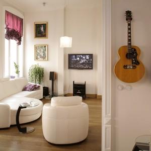 To, że domownicy interesują się muzyką i malarstwem widać już na pierwszy rzut oka. Zawieszone na ścianie gitary i obrazy są bardzo wyraźnymi znakami tych pasji. Fot. Bartosz Jarosz.