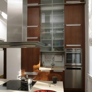 W zabudowie kuchennej znajduje się mnóstwo sprzętów z firm AEG i Miele: piec wielofunkcyjny, lodówka, lodówka na wina, pralka, zmywarka. Fot. Bartosz Jarosz.