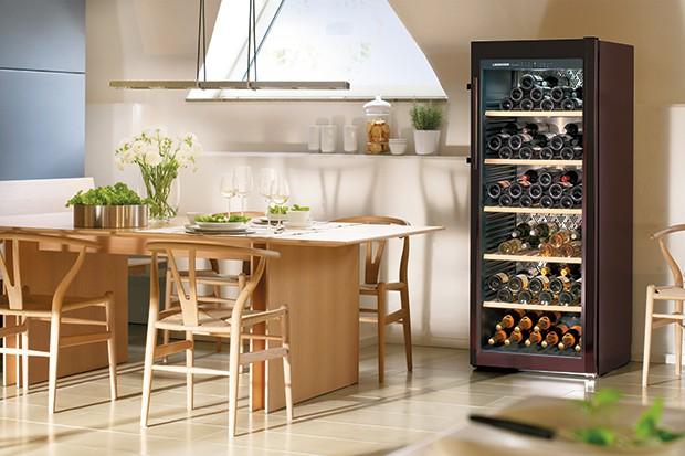 Nie ma urządzenia lepszego do przechowywania trunków niż winiarki. Zapewniają idealną temperaturę i wilgotność, chronią przed niepożądanymi zapachami, drganiami, promieniowaniem UV.