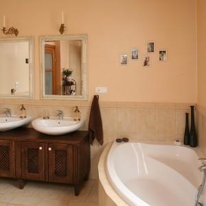Szafkę umywalkową zaprojektowała pani domu. Jest wykonana z bejcowanego na brąz drewna; ma porcelanowe uchwyty. Fot. Bartosz Jarosz.