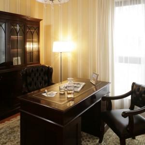 Gabinet wyposażono w stylowe meble: biblioteczkę, biurko, skórzany fotel i masywne krzesło (Furnit). Fot. Bartosz Jarosz.