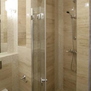 Szklane drzwi kabiny prysznicowej wykonano na zamówienie według projektu architekt. Fot. Bartosz Jarosz.