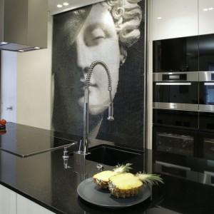 Piekarnik z funkcją mikrofalówki i urządzenie do gotowania na parze to produkty Miele. Mimo atrakcyjnego designu, często bywają zasłonięte parawanem, tak by nie zdradzały, że jesteśmy w kuchni.  Fot. Monika Filipiuk.