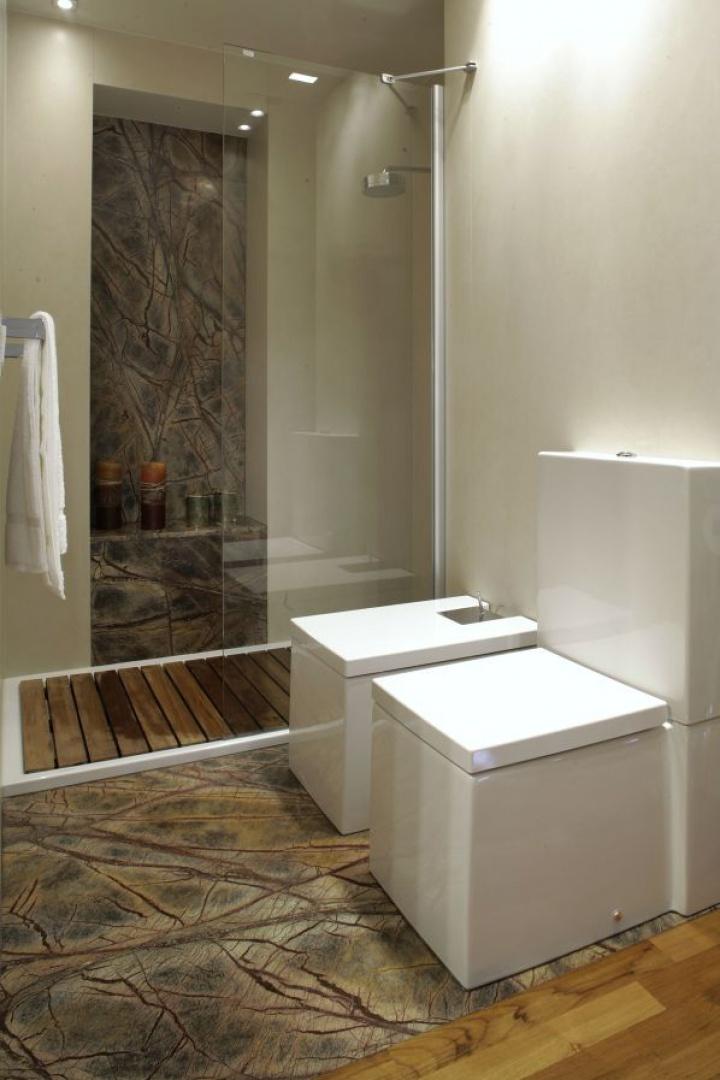 Konstrukcja kabiny prysznicowej ogranicza się do szyby i dwóch niemal niewidocznych wsporników. Fot. Monika Filipiuk.